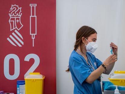Una enfermera prepara una dosis de la vacuna en Valencia en marzo.