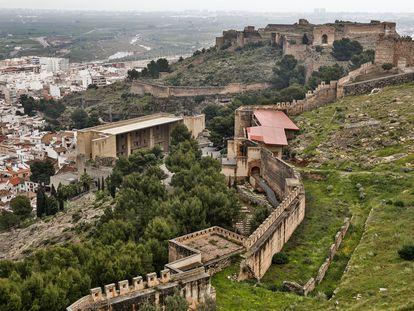 Vista del castillo de Sagunto, con el edificio techado de recepción de visitantes acabado y cerrado desde hace 11 años y el escenario del teatro Romano, abajo a la izquierda.