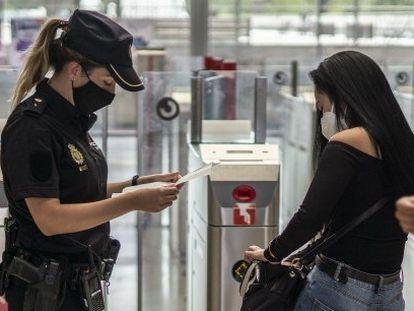 Una agente del Cuerpo Nacional de Policía realiza un control en la estación de tren de Entrevías (Madrid) en septiembre pasado.