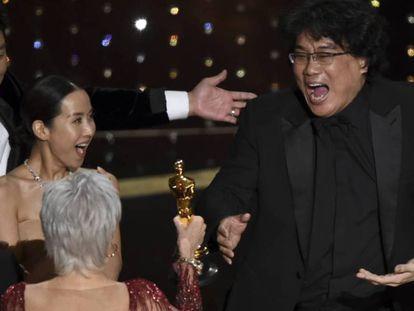 Jane Fonda entrega a Bong Joon-ho el Oscar a mejor película. En vídeo, la entrega del Oscar a la mejor película internacional.