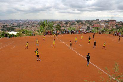 Las vistas de la ciudad de Yaundé desde la cancha de juego en lo más alto de la colina donde se asienta el barrio de Etetack.