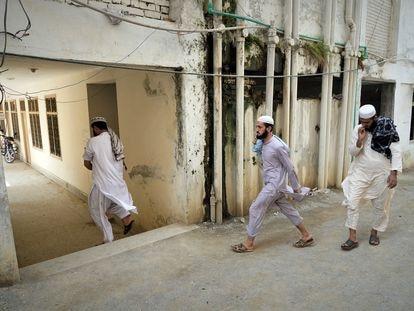 Un grupo de estudiantes se dirige a la mezquita de la escuela coránica Haqqania, en el norte de Pakistán
