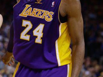 Kobe Bryant protesta en el partido ante Golden State.