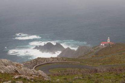 Al faro de Punta Candieira se llega por una carretera retorcida y llena de curvas por la que conviene circular siempre como si se tratara de la primera vez.
