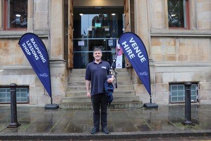 Gary Garruthers, a la puerta del Centro Nacional de la Gaita, en Glasgow. / RAFA DE MIGUEL