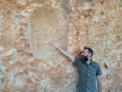 El arqueólogo Alexis Armengol, en el lugar donde se hallaba la cierva arrancada por Breuil.