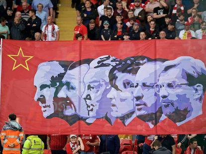 Una pancarta en Anfield homenajea a entrenadores ilustres del Liverpool: de izquierda a derecha, Shankly, Paisley, Fagan, Dalglish, Benítez y Klopp.