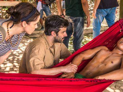 Natalie (Débora Falabella), a la izquierda, en una escena de 'Aruanas'. Fotografía facilitada por 'Aruanas'.