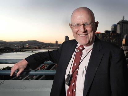 El informático Gordon Bell posa en la Queensland University of Technology (Brisbanne, Australia) con su SenseCam al pecho.