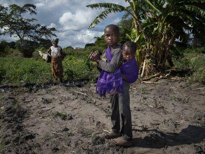 Unos niños de la aldea de Nacole, Mozambique, ayudan en los cultivos de su madre.
