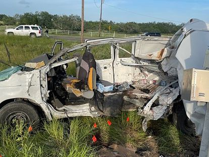 La camioneta que transportaba a migrantes, tras el accidente.