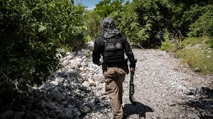 Un miembro de la Fiscalía General de la República recorre la barranca de la Carnicería, en Cocula (Guerrero), donde se encontraron restos de dos de los estudiantes de Ayotzinapa, desaparecidos en 2014.