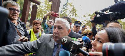Vicente Sanz es abucheado este martes a su llegada a la Audiencia de Valencia por extrabajadores de Canal 9.