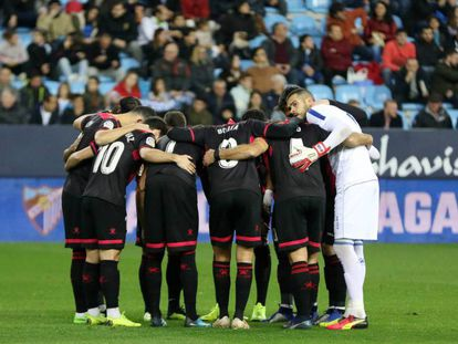 Los jugadores del Reus hacen piña en la Romareda.