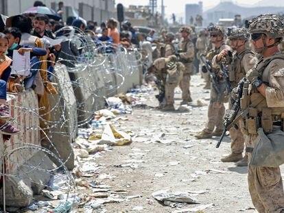 Marines estadounidenses vigilaban el aeropuerto Hamid Karzai, en Kabul, el pasado viernes durante las operaciones de evacuación.