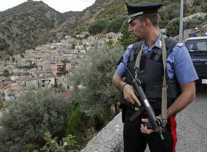 Un <i>carabiniere </i>vigila la parte alta de San Luca. Tras la matanza de Duisburgo, a mediados de agosto, el pueblo vive bajo estricto control policial.