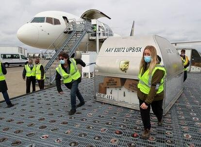 Empleados de UPS trasladan vacunas contra la COVID-19 en  Louisville (EEUU).  Michael Clevenger