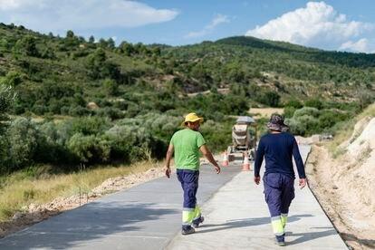 Jairo y Eduardo trabajan para el Ayuntamiento construyendo una carretera.
