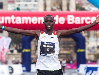 Anthony Maritim entra vencedor en la meta del Maratón de Barcelona.