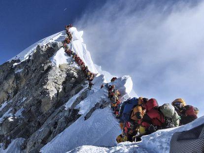 Grandes colas en el Everest la pasada primavera.