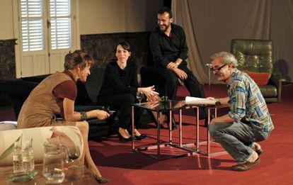 Las actrices Enma Suárez y Ariadna Gil junto al actor José LuIs García-Pérez en el Teatro Español, donde representarán la obra 'Viejos tiempos' dirigida por Ricardo Moya, a la derecha de la imagen.