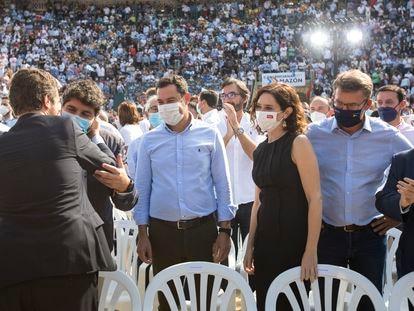 Los presidentes autonómicos del PP en el poder, Fernando López Miras, Juan Manuel Moreno, Isabel Díaz Ayuso, Alberto Núñez Feijóo y Jesús Vivas, saludan a Pablo Casado a su llegada el domingo a la plaza de toros de Valencia.