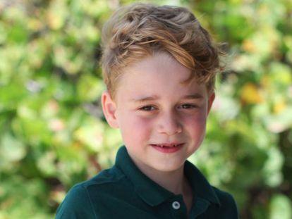Jorge de Cambridge, en su retrato oficial por su sexto cumpleaños, fotografiado por su madre, Kate Middleton.