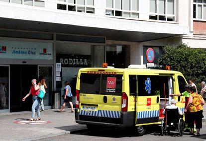 Una ambulancia en la entrada de la Fundación Jiménez Díaz, hospital de gestión privada integrado en la red pública.