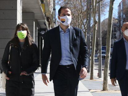 Ignacio Aguado (centro), a su llegada a la sede de Ciudadanos en Madrid este lunes.