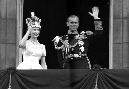 Isabel II y Felipe de Edimburgo saludan desde un balcón del Palacio de Buckingham en 1953.
