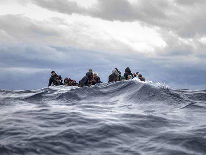 Una patera cargada de migrantes en aguas mediterráneas frente a la costa de Libia, en enero de este año.