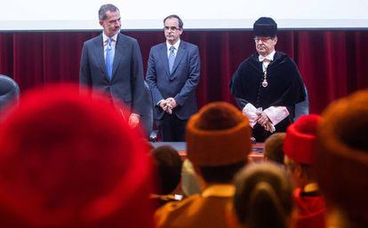 Felipe VI junto al presidente de la CRUE, José Carlos Gómez Villamandos, y el rector de A Coruña, Julio Abalde, este lunes en A Coruña.