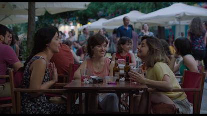 Fotograma de la película La virgen de agosto de Jonás Trueba en la calle Argumosa.
