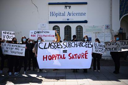 Protesta de estudiantes del instituto de Drancy más afectado por coronavirus ante el hospital Avicena de Seine-Saint-Denis, en Francia.