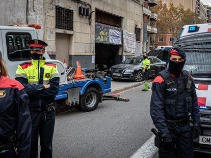 El coche estampado contra el local de la calle de Aragó de Barcelona.