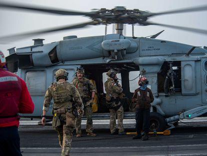 Militares estadounidenses, el pasado viernes a bordo del portaeronaves 'Ronald Reagan' para asistir al petrolero atacado 'Mercer Street', gestionado por un naviero israelí.