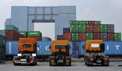Vista general de un depósito de contenedores en Tokio. EFE/Archivo