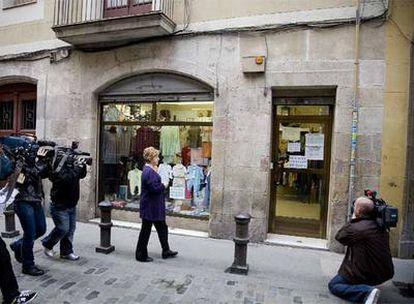 Antonia, ayer por la mañana, ante la tienda que regenta en la calle del Om, justo delante del edificio donde tiene el piso.