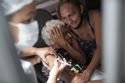 Una mujer recibe la vacuna china Sinovac en Río de Janeiro, Brasil, el pasado febrero.