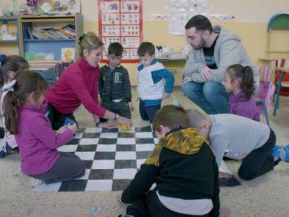 El CEIP Carlos V, en el barrio de Torreblanca, ha implantado en sus clases un programa que busca alfabetizar digitalmente a los alumnos para aumentar sus oportunidades de éxito