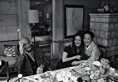 El pintor Balthus, con su hija Harumi y su esposa, Setsuko, en su casa de Suiza en 1995.