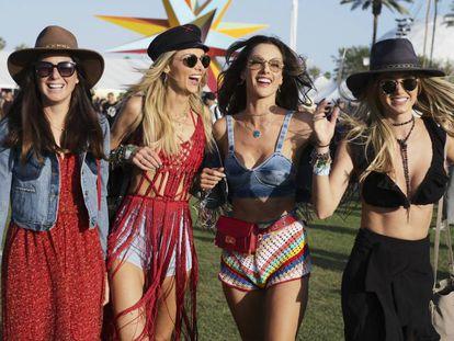 De derecha a izquierda: Talita Correa, Alessandra Ambrosio, Ludi Delfino y Jessica Steindorff en el festival de Coachella 2018.