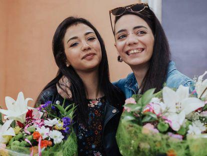 María Jimena Rico y, a la izquierda, su novia Shaza Ismail, el pasado 2 de mayo en Torrox (Málaga).