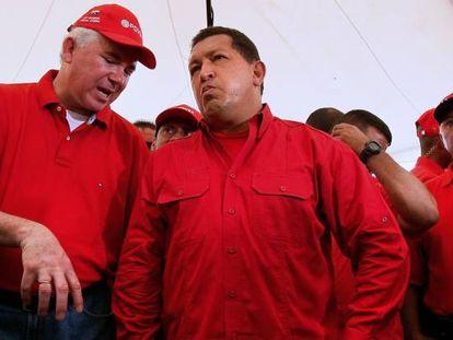 El exministro de Petróleo de Venezuela Rafael Ramírez (izquierda) junto a Hugo Chávez, en 2008, en Caracas.