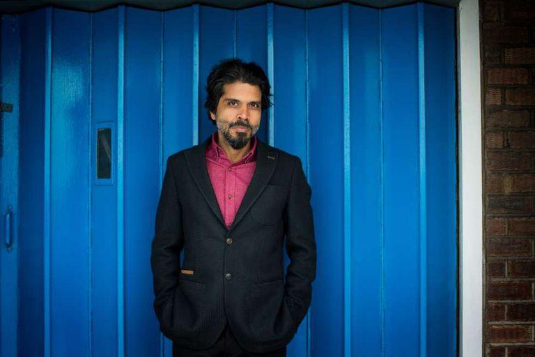 El escritor Pankaj Mishra en su estudio en Londres en 2017.