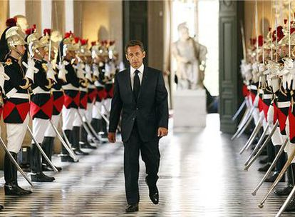 El presidente francés, Nicolas Sarkozy, abandona el palacio de Versalles tras dirigirse al Senado y a la Asamblea en sesión conjunta.