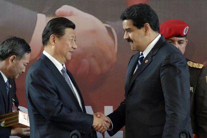 El presidente chino, Xi Jinping, saluda a su homólogo venezolano, Nicolás Maduro.