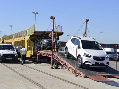 Entrada en el Puerto de Valencia del tren procedente de Zaragoza con coches de General Motors que es desviado por Tarragona debido al mal estado de la línea que atraviesa Teruel.