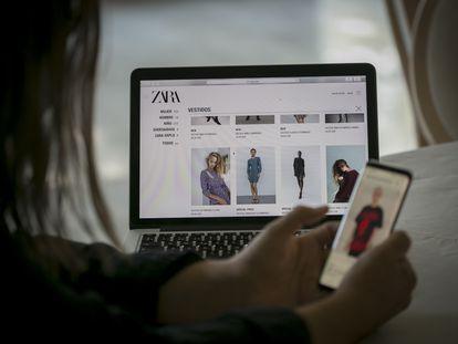 Un usuario busca prendas de ropa en Zara y Bershka, por internet.