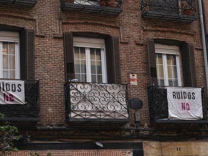 Protestas contra el ruido en un edificio de Madrid, en una imagen de archivo.